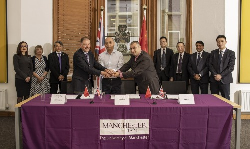 Representatives from Tunghsu Optoelectronics and The University of Manchester.